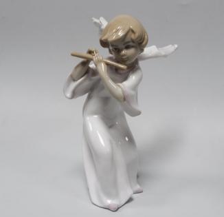 Статуэтка Ангел играет на флейте