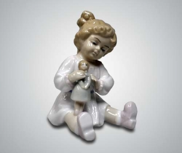 Статуэтка из фарфора девочка с куклой