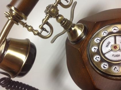 Телефон классический из дерева в ретро стиле