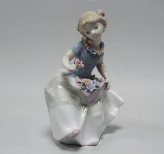 Статуэтка Девочка с цветком