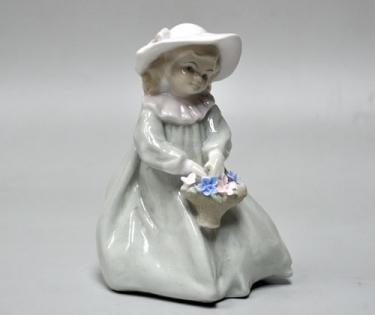 Статуэтка Девочка с цветочной корзинкой