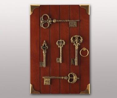 Ключница настенная с ключами на дверце