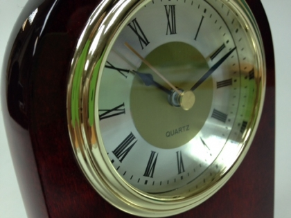 Часы на стол руководителя кварцевые в дереве