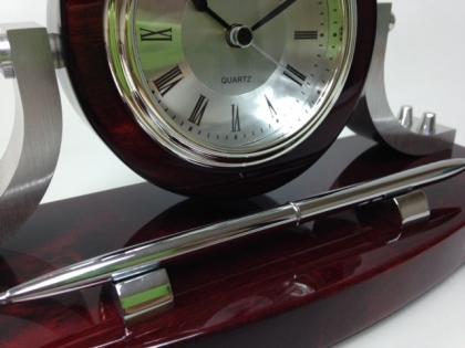 Настольный сувенир часы и ручка