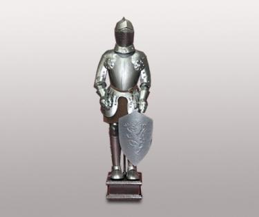 Фигура рыцаря со щитом на подставке