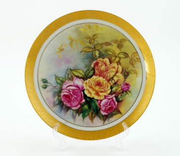 Тарелка на подставке букет из садовых цветов