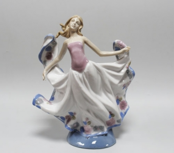 Статуэтка из фарфора танцующая девушка