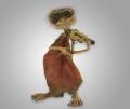 Фигурка кикимора играет на скрипке