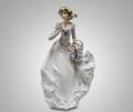 Статуэтка Девушка в белом платье с корзинкой