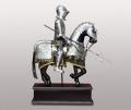 Фигура рыцаря на коне в латах