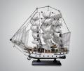 Модель трехмачтового парусника с белыми парусами