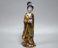 Статуэтка из фарфора гейша с букетом